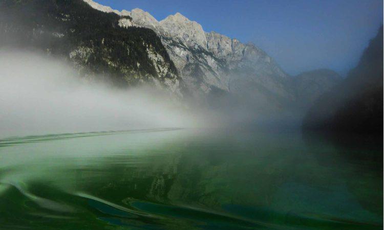 Smaradgrünes Wasser am Anleger der Saletalm.